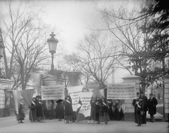 Suffragette pickets at White House, [Washington, D.C.],...
