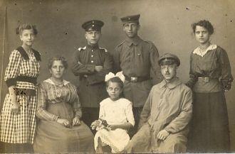Liska M Wiesner & family, 1913