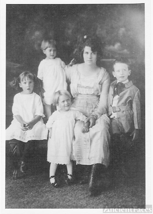 Lillie Mae Oxendine Platner and children