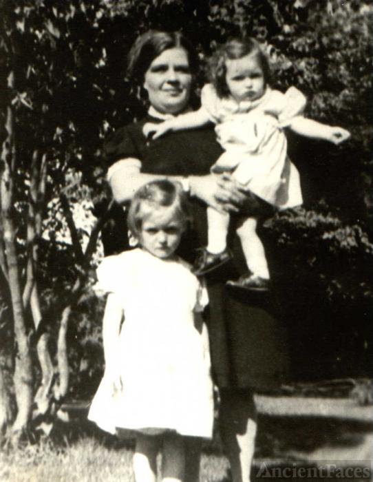 Lillian Loretta Steele Barber & daughters