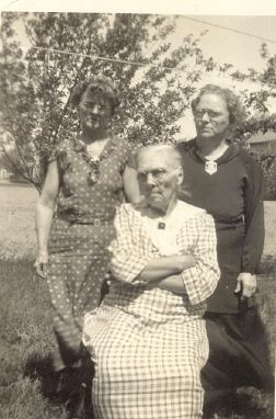 Ida and Ada Carr with mother Margaret Garabrandt