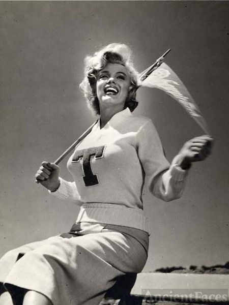 Marilyn Monroe, Cheerleader