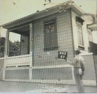 Sabás Honoré frente a su hogar