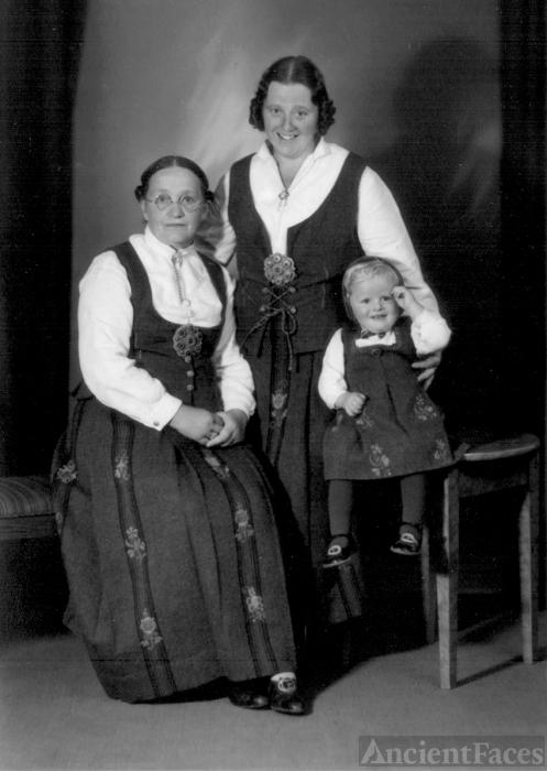 Øvergaard and Ekkeren family