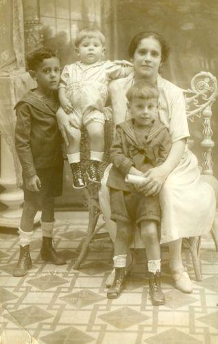 Maria Rogelia con sus primeros 3 hijos