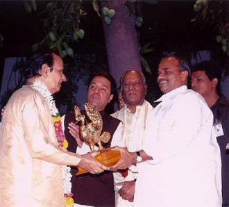 Dr.Y.S. Rajasekhara Reddy , Chief Minister of Andhra Pradesh felicitates Seshendra Sharma : 2005