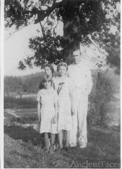Horace Rufus Condley with daughters AR