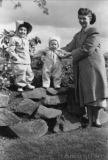 Elaine Gillett & daughters