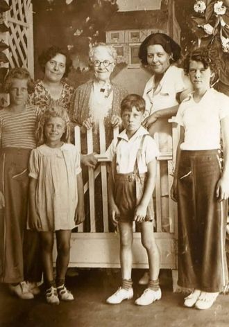 Viola Mindheim and family