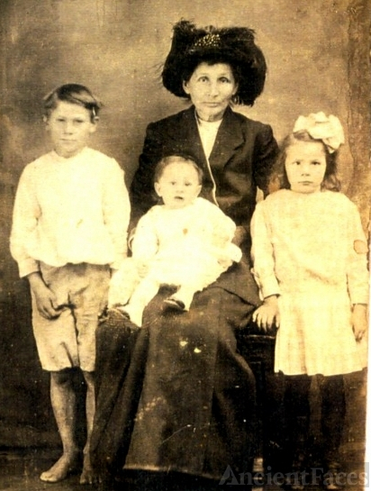 NANCY JANE ALLEY WOMACK WITH CHILDREN