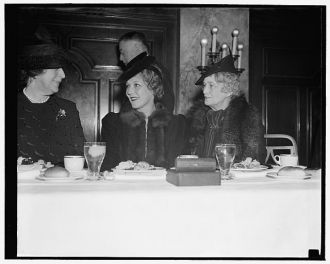 Mary Pickford breaks bread with cab wives at newspaper...