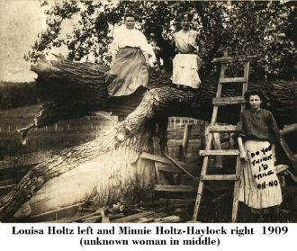 Louisa Holtz & Minnie (Holtz) Haylock, 1909 Iowa
