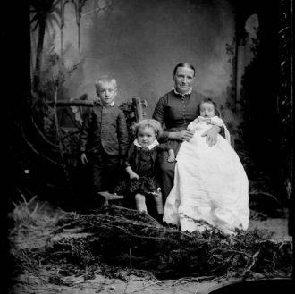 Karen Siersen Jensen and children