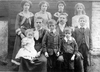 Frederick & Hannah Argent Family, England 1904