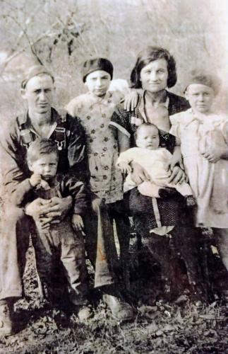 Thomas Jerry Bain with wife Dora Ethel Denson Bain. Children Geraldine,Mary Francis,Fred & Tommy?