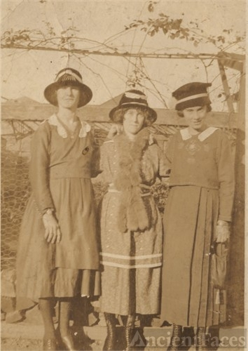Johanna, Sarah & Lee Lawrence
