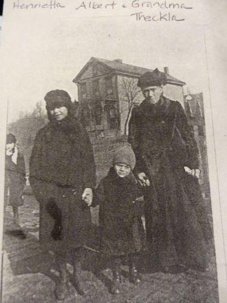 Theckla Leifeld & grandchildren, 1918