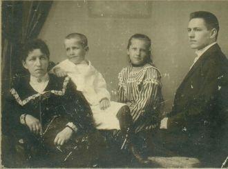 Pauline (Matzke) Heidke & Children, 1903