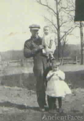 Earl Ritchey & two daughter`s Dorthy & Nina
